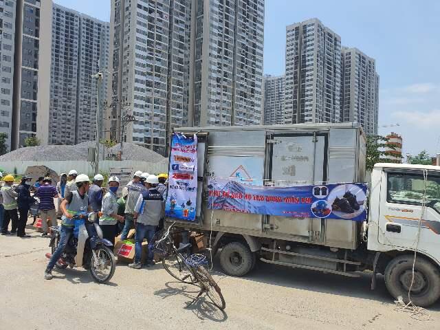 K&L VINA phát hơn 1.000 đồ bảo hộ miễn phí tới người công nhân xây dựng